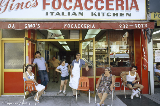 Gino Pollari olasz étkezdéje előtt ücsörgő olaszok 1982-ben.
