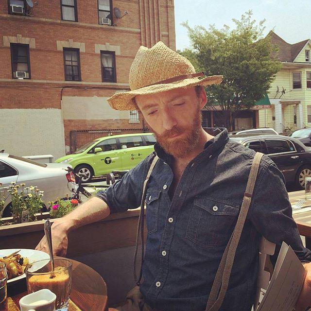 Van Gogh-ra hasonlító férfi egy brooklyni kávézóban.