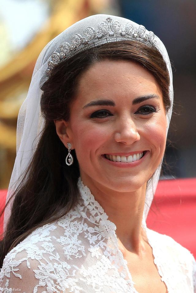 Katalin hercegné az esküvője napján viselte először a 739 briliáns és 149 baguette csiszolású gyémánttal kirakott Cartier Halo tiarát 2011 áprilisában.