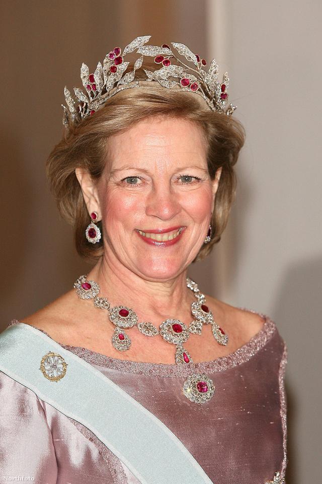 Anna-Mária görög királyné egy gyémánttal és rubinnal díszített tiarában ünnepelte meg XVI. Károly Gusztáv 60.születésnapját Stockholmban.