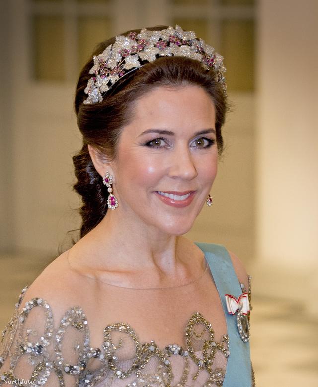 Mária hercegnő tiarában érkezett Margit dán királynő 75.születésnapi bulijára a koppenhágai Christiansborg kastélyba.