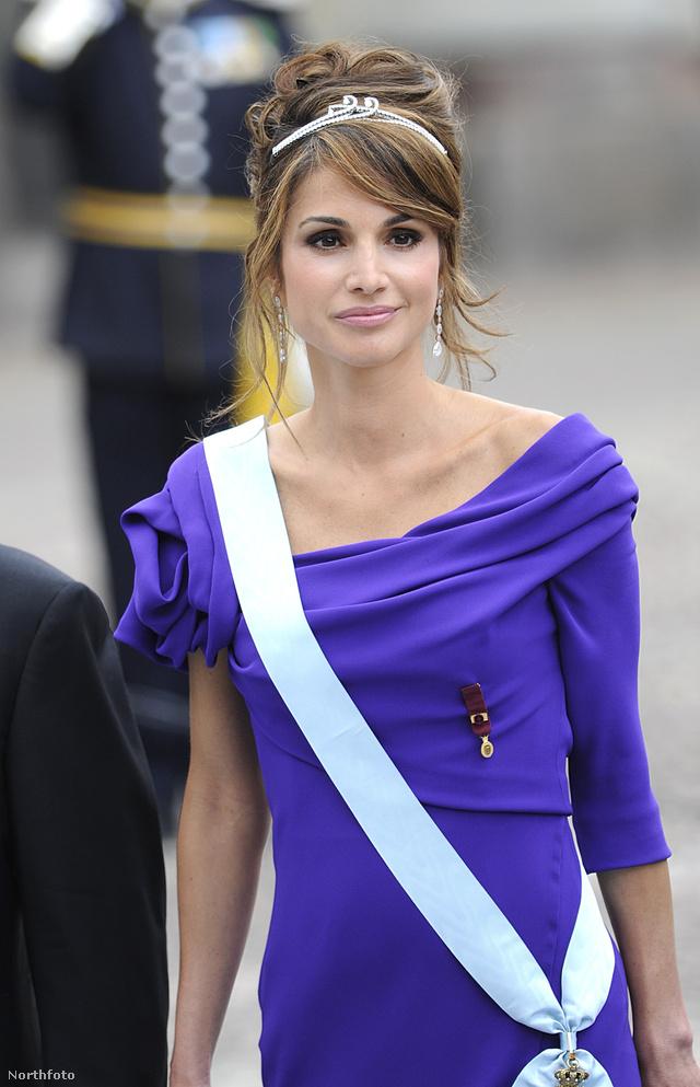 Ránija jordán királyné tökéletesen belőtt frizurával és vékony koronával érkezett a svéd királyi esküvőre 2010 júniusában.