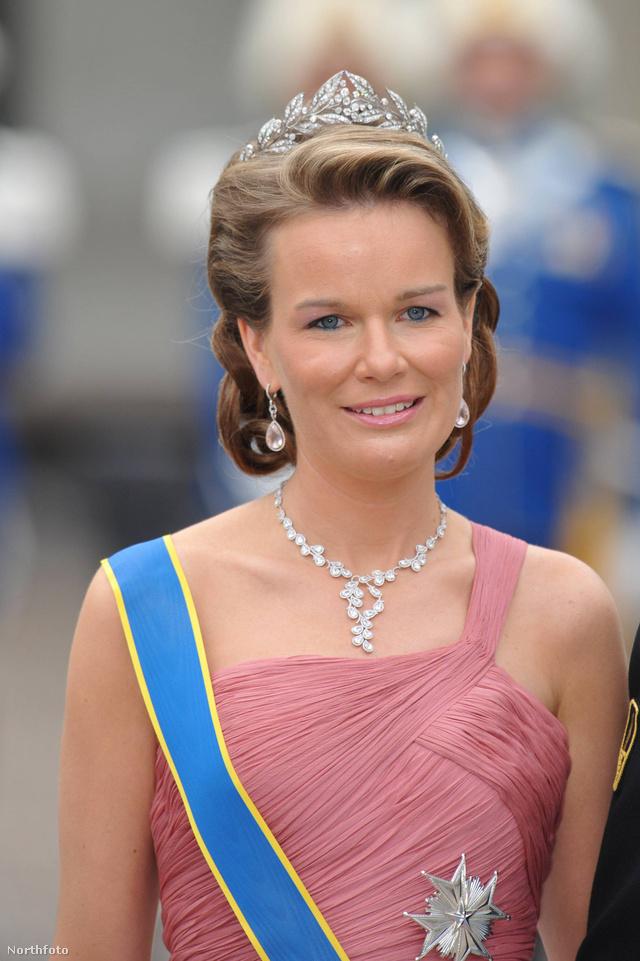 Matilda hercegnő nem elégedett meg csak a tiarával, feltűnő fülbevalót és nyakláncot is felvett svéd királyi pár esküvőjére 2010 júniusában.
