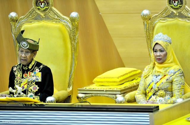 Haminah Hamidun tiarában ül a kuala lumpuri parlamentben.