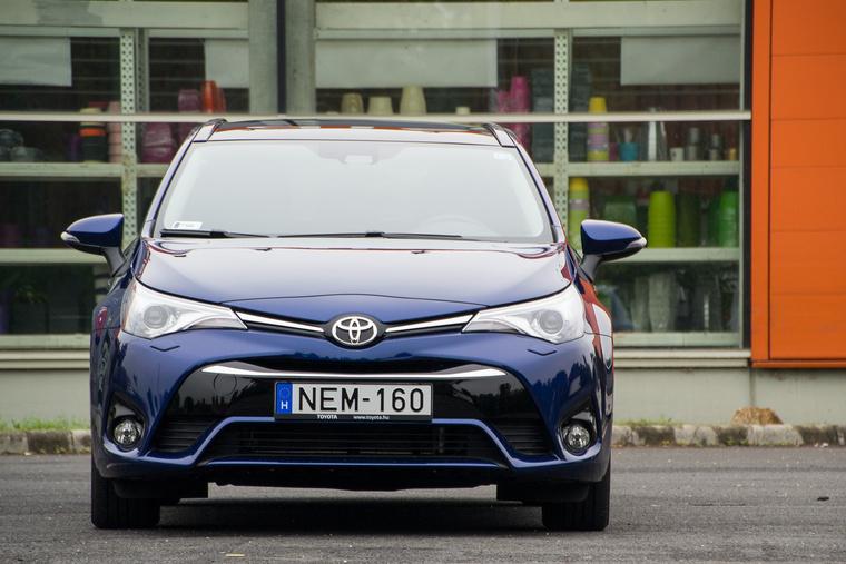 Az új Toyota-ábrázattal is magas, bumfordi maradt az Avensis