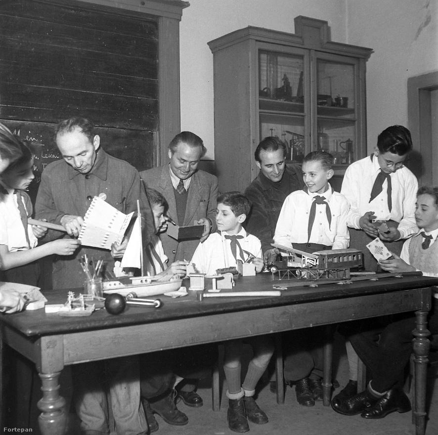 Az 50-es évek közepétől az általános iskola 2.-4. osztályos tanulóiból kék nyakkendős kisdobosok lettek. 6 pontjukat sokan valószínűleg még ma is kívülről fújják:                         1. A kisdobos hűséges gyermeke a magyar hazának.                         2. A kisdobos szereti és tiszteli szüleit, nevelőit, pajtásait.                         3. A kisdobos szorgalmasan tanul és dolgozik, segíti társait.                         4. A kisdobos igazat mond és igazságosan cselekszik.                         5. A kisdobos edzi testét és óvja egészségét.                         6. A kisdobos úgy él, hogy méltó legyen az úttörők vörös nyakkendőjére.                         (A fenti fotó 1955-ben készült.)