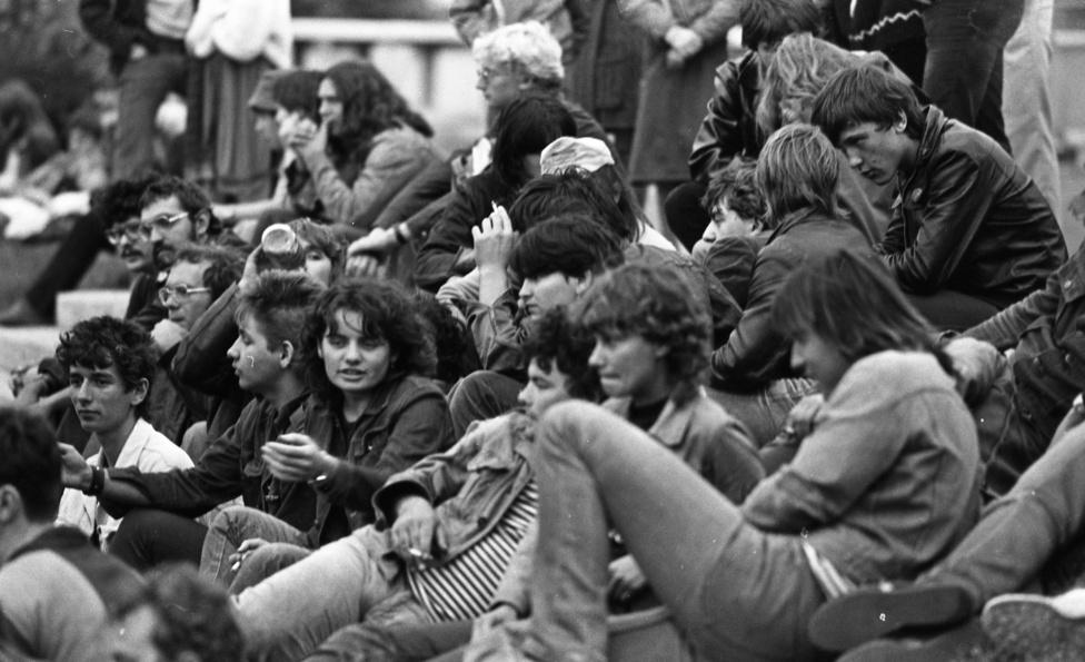 Bent közben dőlt a lé. Bár '69-től kólát is árusítottak a helyen, az alkoholfogyasztást ezután sem sikerült csökkenteni, pedig ettől remélték leginkább a problémák megelőzését. 1974-től azután egy ideig nem szolgáltak fel bent inkább egyáltalán szeszes italt, és ezzel párhuzamosan a műsorpolitikában is próbálták érvényesíteni a kulturált népszórakoztatás elveit.