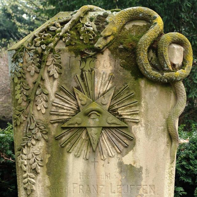 """A kígyó, különösen az Ouroboros, vagyis a saját farkába harapó kígyó az örök életet és a folyamatos megújulást szimbolizálja. Azzal pedig, hogy sűrűn levedli a bőrét – hogy növekedhessen -, az állat """"kijátssza a halált"""". Az orfikus teremtésmítoszokban gyakran jelenik meg a világ születését jelképező orfikus világtojás, rajta a négyszer körbetekeredő kígyóval. A világtojásból az új isten, a hermafrodita Fánész született meg, aki megteremtette a többi istent.                          A szárnyas hírnökbot köré tekeredő két kígyó (caduceus) ehhez hasonlóan a hermafrodita Hermészt jeleníti meg és a gyógyszeriparban tévesen a gyógyszert jelképezi. A szimbólumot ugyanis gyakran összekeverik Aszklépiusz botjával (egyetlen kígyó szárnyak nélküli bot körül), amely egy valódi orvosi szimbólum - ezért is látni elhunyt orvosok sírkövén –, míg a caduceus a kereskedelem megjelenítője.                         A kereszt köré csavarodó kígyó a szabadkőművesek 25. fokozatát, a Rézkígyó Lovagját szimbolizálja, ami az alkímiában Jézus keresztre feszítésére utal."""