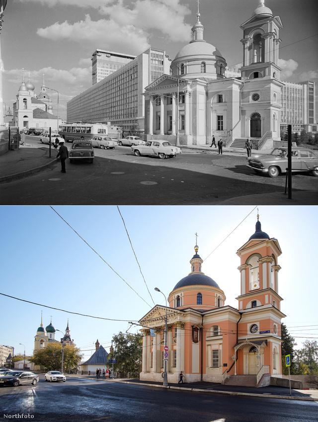 A szent Barbara templom a Varvarka utcában fekszik, vagyis áll. Így nézett ki 1968-ban, és most.                          A templom 1514-ben épült, egy olasz építész tervei nyomán. Eddigi élete során számos átalakításon esett át, a szovjet időszakban raktárként funkcionált, majd később irodaépületként. 1980-ban történelmi és kulturális emlékhellyé nyilvánították, de egészen 1991-ig kellett várni, míg az egyház visszakapta.
