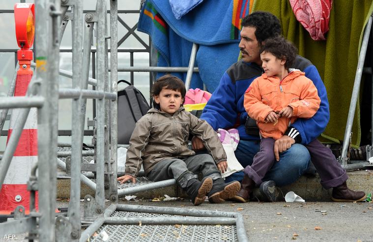 Menekültek várakoznak az osztrák-német határon 2015. október 28-án.