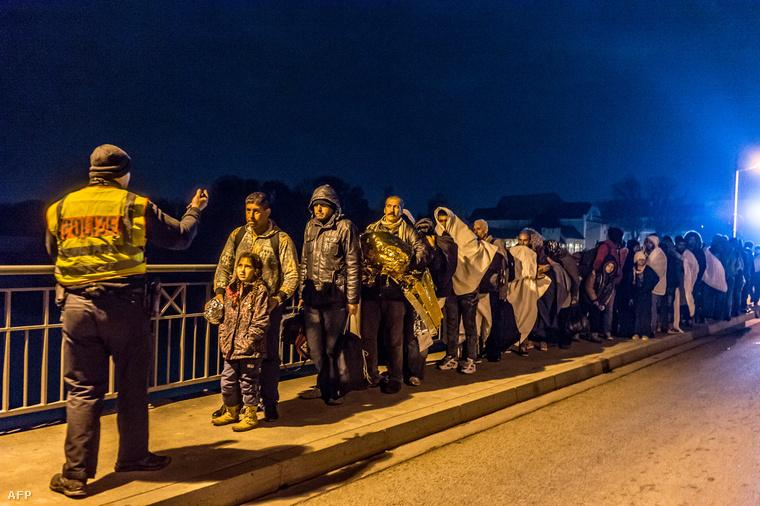 Menekültek várakoznak az osztrák-német határ mellett 2015. október 25-én.