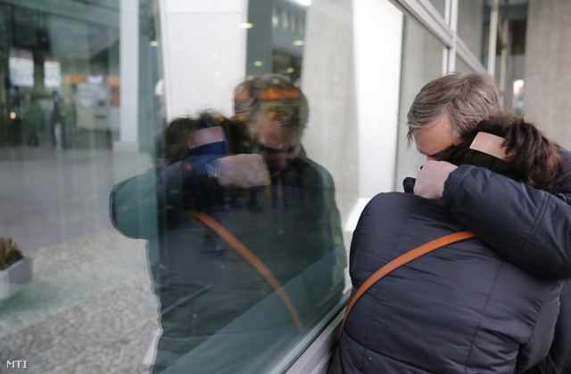 A Sínai-félszigeten lezuhant, Egyiptomból Oroszországba tartó orosz utasszállító repülőgép utasainak rokonai a szentpétervári Pulkovo II nemzetközi repülőtéren 2015. október 31-én