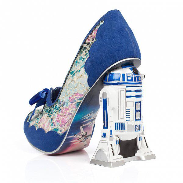 R2-D2 sarkat kapott kék cipő masnival az elején 195 font, 85.469 forint.