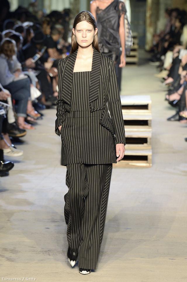 Az ötven éve divatban tartott hajszálcsíkos pantalló és felső idén a Givenchy kifutóján jelent meg.