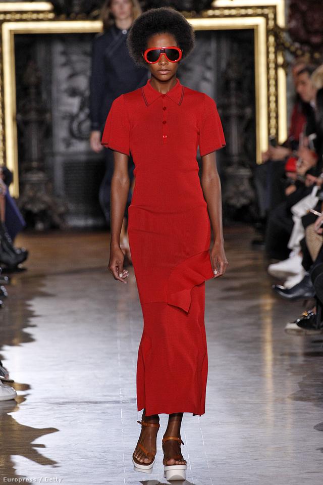 Ilyen szép piros, galléros pólóruhában járunk majd Stella McCartney szerint.