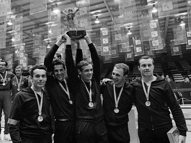 Az olimpiai bajnok férfi párbajtőr csapat tagjai: B. Nagy Pál, Schmitt Pál, Kulcsár Győző, Fenyvesi Csaba és Nemere Zoltán (b-j) vívók csapatképe az eredményhirdetés után október 25-én a XIX. nyári olimpián.