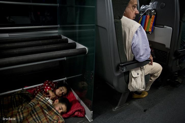 Menekültek a Münchenbe tartó Railjeten szeptember 7-én