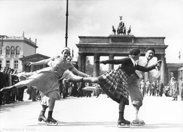 Korcsolyázó fiatalok 1937 telén Berlinben.