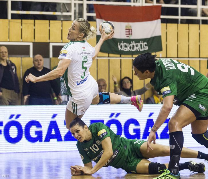 Szekeres Klára (b2) és Hornyák Dóra (j) az FTC valamint Heidi Löke (b) a Győr játékosa