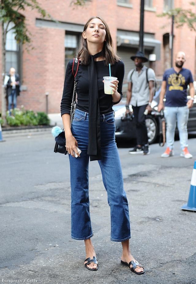 Magasított derekú, bokaverdeső H&M farmer, Zara felső, Hermés cipő és Chanel táska a New York-i divathét alatt lencsevégre kapott járókelőn.