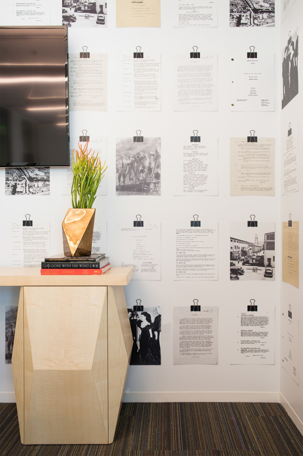 Régi szövegkönyvek és fényképek díszítik a falakat.