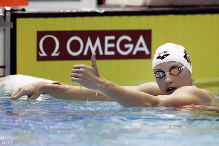 Hosszú Katinka miután győzött az úszó világkupa tokiói viadala női 200 méteres vegyesúszásának döntőjében a Tokió Tacumi Nemzetközi Uszodaközpontban 2015. október 28-án.