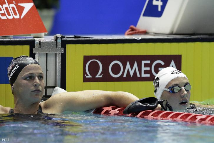 Hosszú Katinka az amerikai Caitlin Leverenz (b) mellett, miután győzött az úszó világkupa tokiói viadala női 400 méteres vegyesúszásának döntőjében a Tokió Tacumi Nemzetközi Uszodaközpontban 2015. október 29-én.