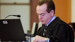 Ez a bíró sörért akarta lenyomoztatni a családját egy FBI-ügynökkel