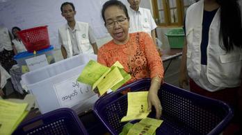 Mianmarban ma volt a demokratikus átmenet próbája, 50 év után először szavazhattak