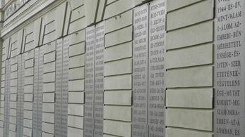 Különleges emlékmű épült a Deák téren