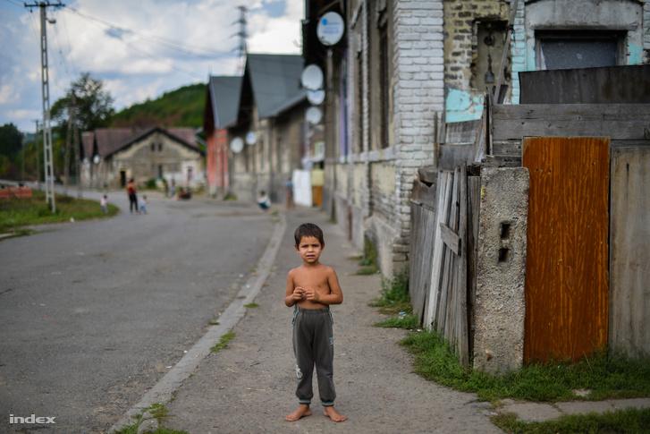 Ózdi kisfiú sétál az utcájukban.
