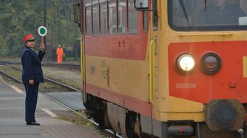 Egy vasútrajongó, egy kalauz és három utas utazik egy vonaton. Mi az?