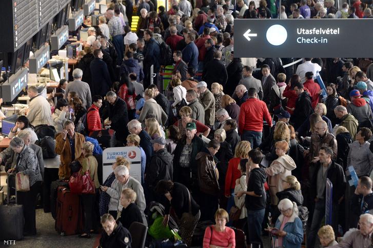 Várakozó utasok a Liszt Ferenc-repülőtér 2A terminálján miután a reptér hajnal óta nem indított járatokat az informatikai rendszer hibája miatt 2015. november 10-én.