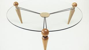 Kötözzön magának asztalt három lábból, üveglapból és kötélből!