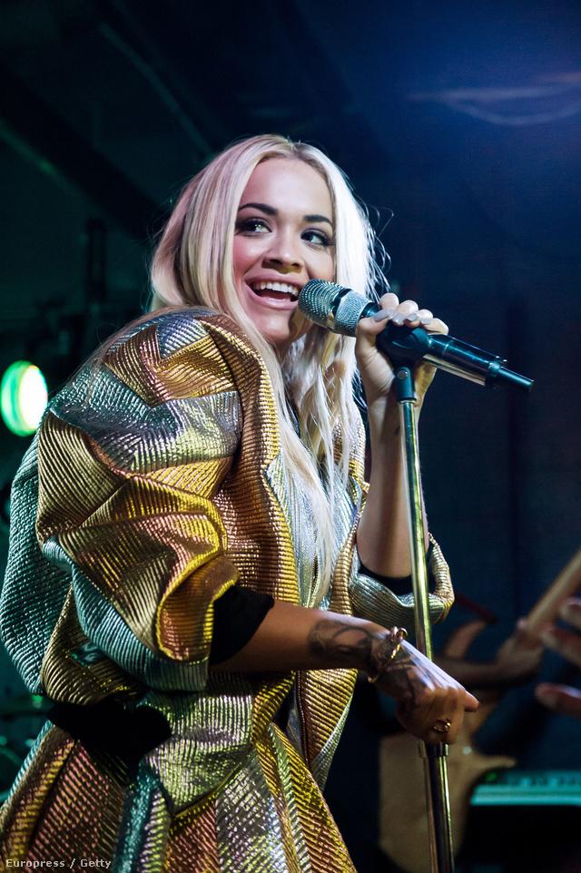 """Rita Ora szeptemberben, a washingtoni U Street Music Hallban lépett fel Abodi arany és ezüst árnyalatú """"Space Jacket"""" néven futó dzsekijében és hozzá tartozó szoknyában."""