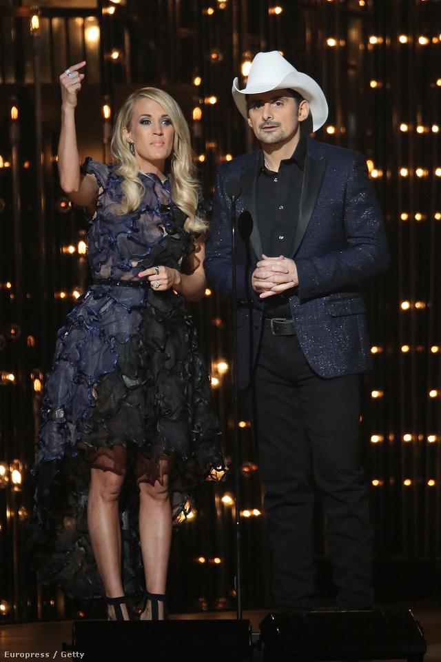 Carrie Underwood a tervező egy selyem és organza couture ruhájában vezette le az idei CMA-díjátadót Nashvilleben.
