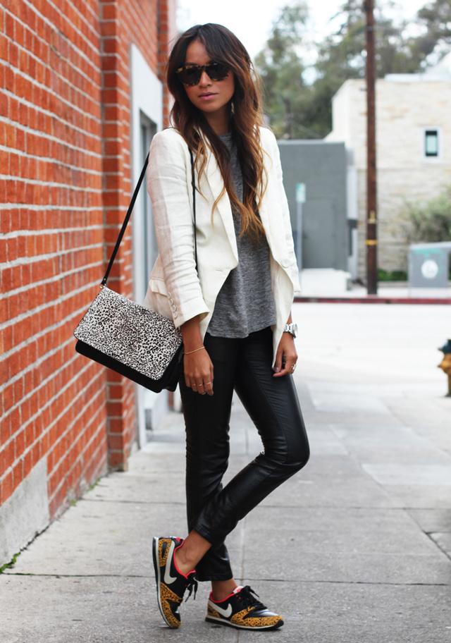 A Sincerely Jules bloggere divatos edzőcipővel, szürke pólóval és elegáns fehér blézerrel párosította a bőrnadrágot.