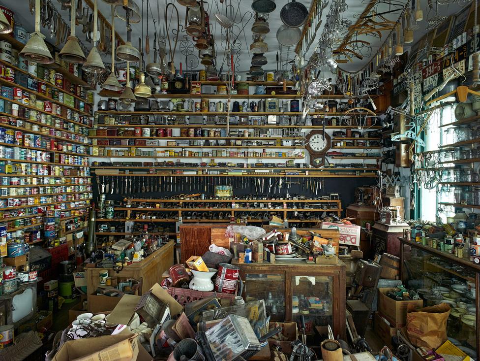 Edgar Simon dél-dakotai múzeuma 1972-ben nyitott meg. Nagyjából ezer látogatója volt azóta. Simon szerint abban különbözik az ő múzeuma a többitől, hogy míg máshol egyszerre egyféle dologból egyet mutatnak be, ő megpróbálja begyűjteni az őt megigéző tárgyak összes lehetséges variációját.