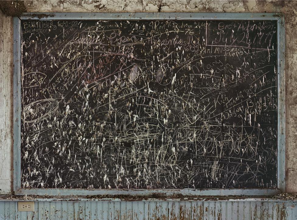 A New York Times cikkében megszólal Sharon, az általános iskolai tanítónő, aki szerint ez a táj jót tesz a kreativitásnak. Errefelé a gyerekek a homokban botokkal játszanak. Sharon úgy gondolja, kell az alkotáshoz egy bizonyos mennyiségű unalom, és az itt bőven adott. A nebraskai iskola, amelyhez ez a tábla - rajta a helyi családok neveivel - tartozott, 1966-ban bezárt. Úgynevezett egyosztályos iskola volt, az efféle intézményeket néhány éve szüntették meg végleg az államban.