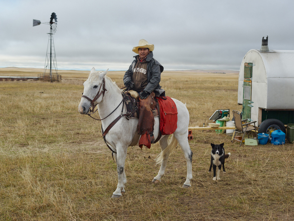 Ő itt Teodoro 'Pedro' Salazar. Peruból származik. Lóháton és ezen a szekéren él az év 12 hónapjából 4-en keresztül két border collie társaságában. Birkákat legeltet Nebraskában. Van két bátyja, amikor hazamegy a családjához, az egyik testvére áll be pásztorkodni helyette.