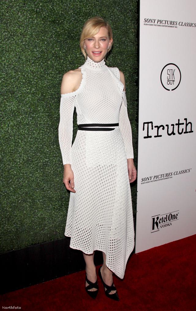Cate Blanchett egy fekete övvel átfogott, magasított nyakú vállvillantós fehér ruhában jelent meg új filmjének, a Truth-nak a premierjén.