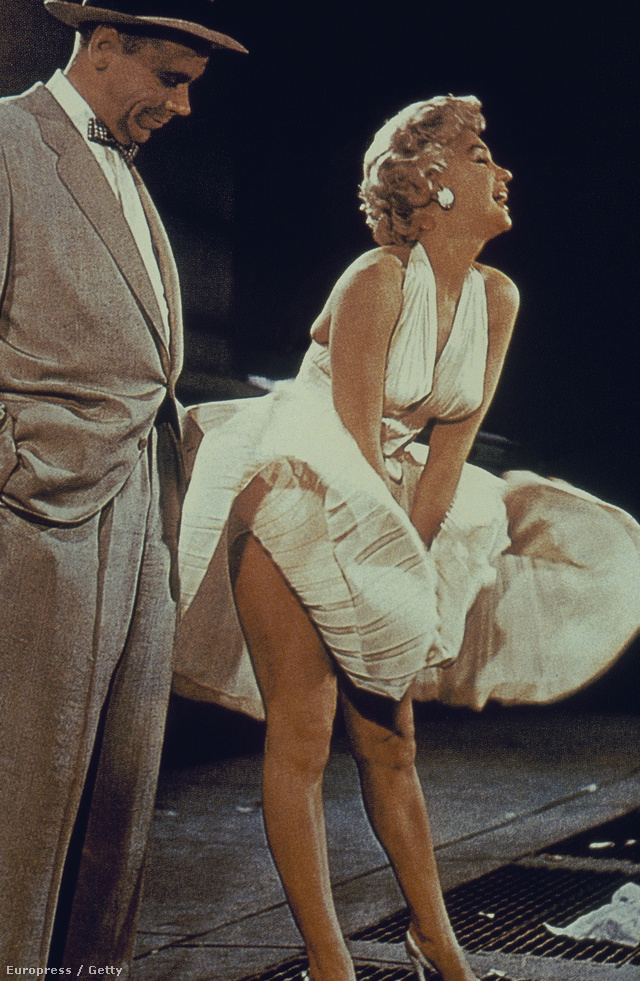A szőke színésznő Billie Wilder 1955-ös filmjét, a Hétévi vágyakozást tette mindenki számára felejthetetlenné villantós jelenetével. A híressé vált ruhát 4.600.000 dollárért, azaz közel 1 milliárd 335 millió forintért adták el.