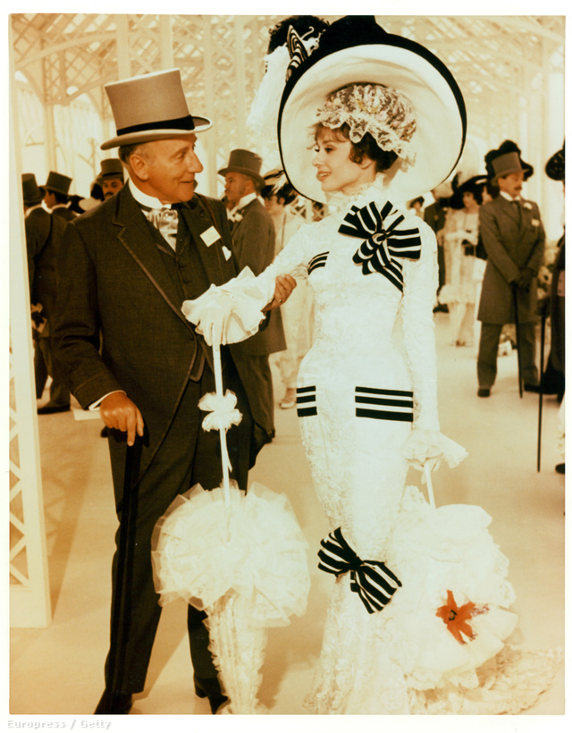 Az Audrey Hepburn által viselt úrinő ruhát, amit Cecil Beaton tervezett az Ascotnak, 3.7 millió dollárért, 1.074 milliárd dollárért vették meg 2011-ben.