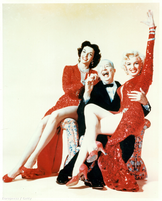A napjainkban is menőnek számító piros flitteres ruhát az elővételes becsléseknél még csak néhány százezer dollárért akarták elvinni, de végül valaki mégis csak tett rá egy jóval magasabb, 1.2 millió, körülbelül 348 millió dolláros ajánlatot. A szuperdögös ruhában egyébként Howard Hawks 1953-as musicalében volt látható Marilyn Monroe.