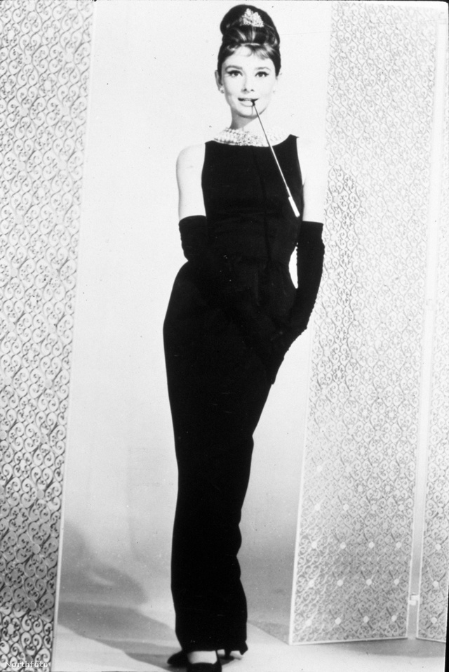 Hubert de Givenchy 1961-ben tervezte híres fekete ruháját Hepburnnek. A színésznő 1993-as halála után a tervező folytatta Hepburn jótékonysági munkáját és több ruhadarabot is felajánlott annak érdekében, hogy segítse a hátrányos helyzetű gyerekeket. A fekete szatén ruhával például a City of Joy Aid alapítványt támogatta, a ruhát több, mint 900.000 dollárért, körülbelül 261 millió forintért árverezték el a Christie's-ben.