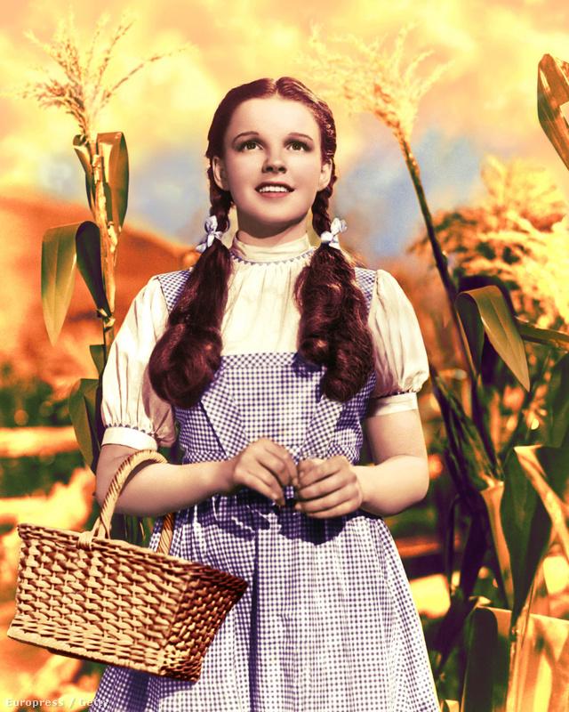 Judy Garland az Óz, a csodák csodájában viselte azt a kék-fehér kockás kötényruhát, amiért 480.00 dollárt, körülbelül 139 millió forintot adtak 2012-ben.                          .