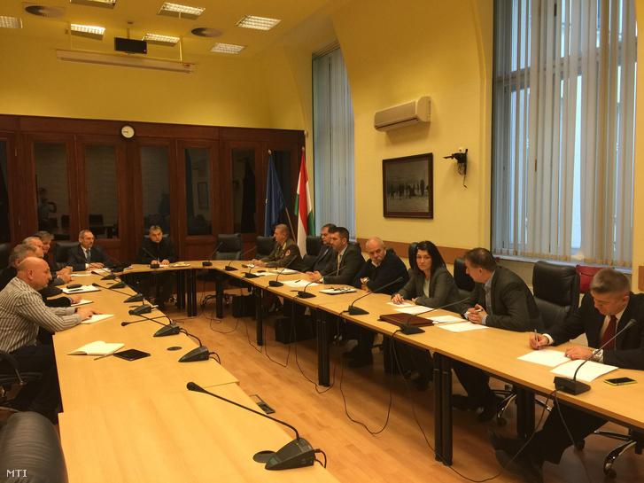 A Belügyminisztérium által közreadott képen Orbán Viktor miniszterelnök és Pintér Sándor belügyminiszter a nemzetbiztonsági kabinet munkacsoportjának rendkívüli ülésén 2015. november 14-én kora reggel.