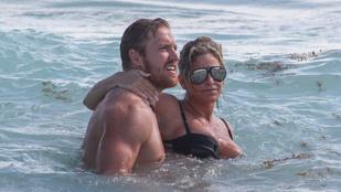 Híresebb, idősebb feleségét nyaraltatja ez az amerikai futballista
