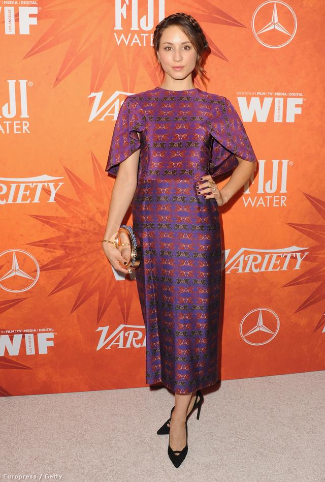 A Hazug Csajok Társasága című sorozatból ismert Troian Belissario a Variety and Women in Film Annual Pre-Emmy néven futó rendezvényen jelent meg Abodi Dóra Unisus nyomatos lila ruhájában.