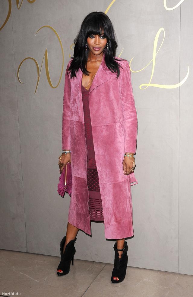 A 45 éves szupermodell, Naomi Campbell a ruhával és a táskával színben harmonizáló, bokáig érő velúr kabátban érkezett a londoni Burberry Festive Film premierjére.
